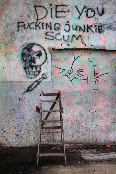 "Graffiti  afbeelding ""Junkie scum"" in een lege fabriekshal in Groningen, Nederland / 2010"