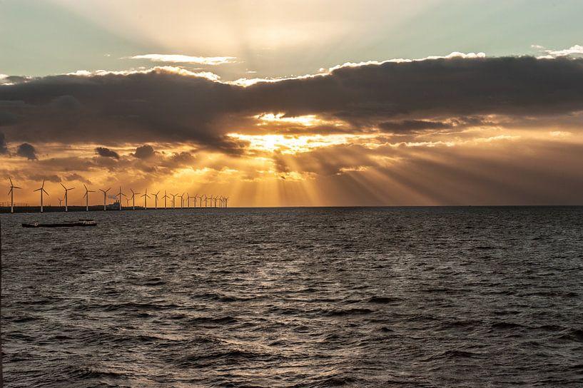 Avondlicht over het IJsselmeer van Brian Morgan