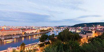 Excursieboten op de Vltava rivier in Praag in de nachtelijke uren van