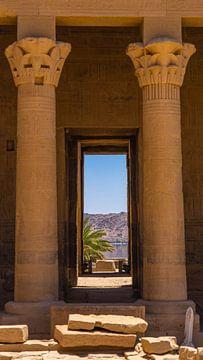 Doorkijkje in Philae Tempel, Egypte van Jessica Lokker