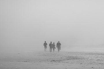 Familie am Strand im Nebel von Youp Lotgerink