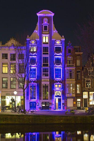 Verlicht grachtenpand Amsterdam van Anton de Zeeuw