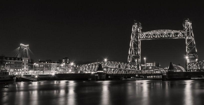 Rotterdam Skyline Nieuwe Maas, Hef und Willemsbrug in schwarz und weiß von Marjolein van Middelkoop