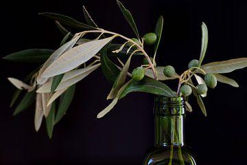 Olijven in een groene fles van Ulrike Leone