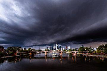 Storm en onweerswolken boven Frankfurt. Een uniek uitzicht op de skyline van Frankfurt over de Main  van Jan Wehnert
