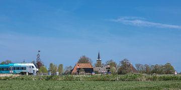 Zicht op het Friese dorpje Bears met de spoorlijn op de voorgrond. van Harrie Muis