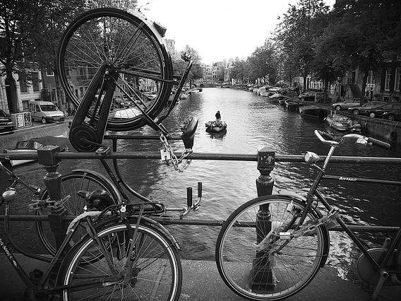 Amsterdamse gracht & fietsen van Marianna Pobedimova