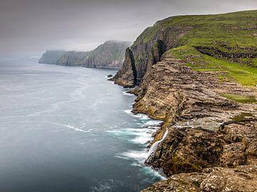 Küstenlinie leitisvatn, Färöer von Dennis Wardenburg