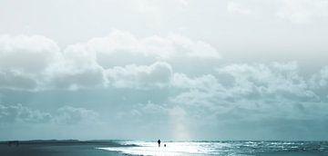 Strandwandeling bij de zee van Kirsten Warner