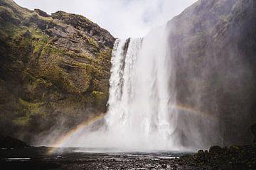 Skogafoss waterval IJsland met regenboog van Kim van Dijk