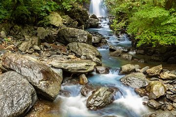 Wasserfall mit Strom