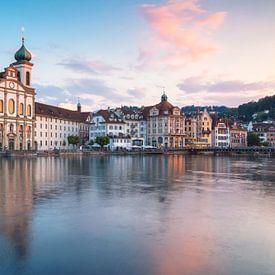 Skyline Luzern met Jezuïetenkerk van Ilya Korzelius