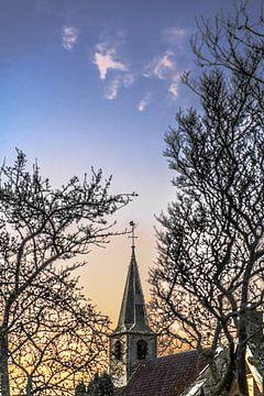 De torenspits van het kerkje in Paesens-Moddergat in het avondlicht van Harrie Muis