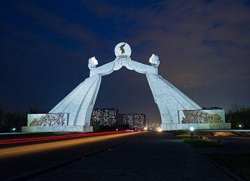 Verkeer naar Pyongyang onder de boog van hereniging in Noord Korea van Teun Janssen