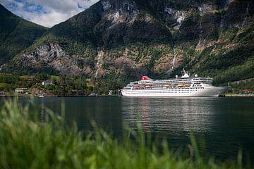 Cruiseschip in Flåm, Noorwegen van Martijn Smeets