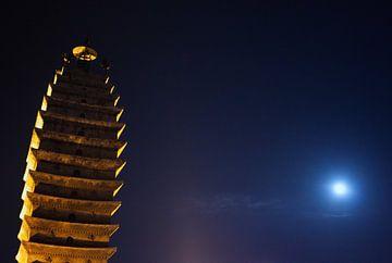 De tempeltoren van Kunming bij maanlicht von André van Bel