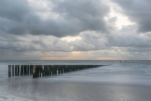 Dutch coast on a cloudy day van Desirée Couwenberg