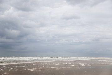 Wolken en strand op schiermonnikoog van Karijn Seldam
