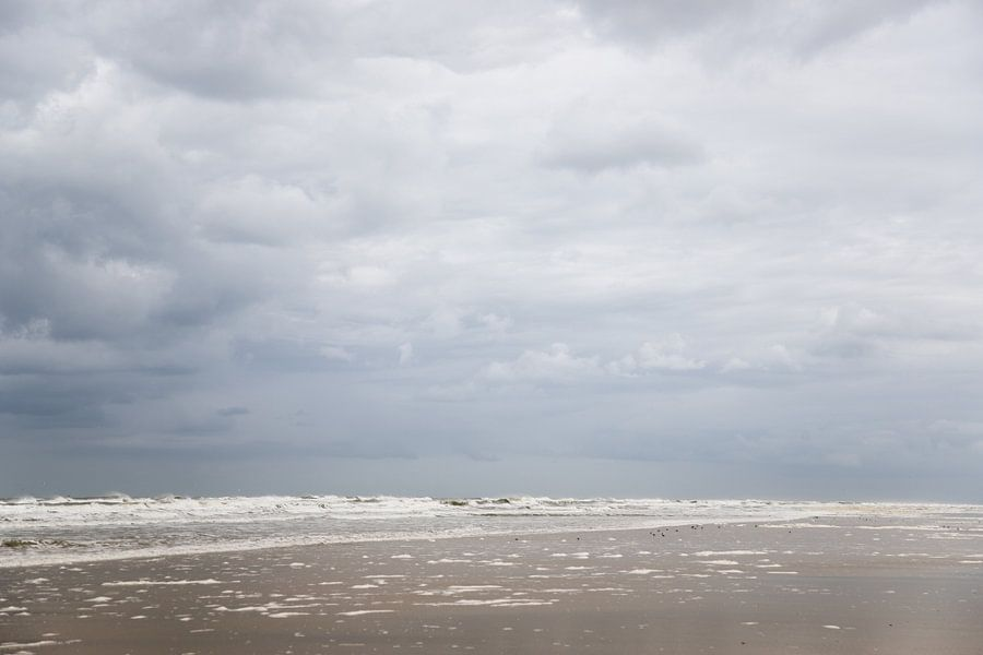 Wolken en strand op schiermonnikoog