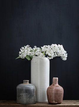 Stilleven met witte seringen van Karin Bazuin
