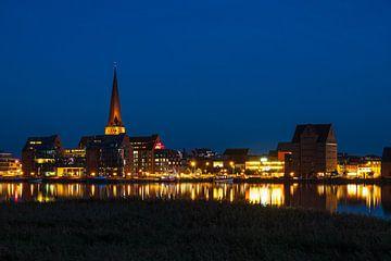 Blick über die Warnow auf die Hansestadt Rostock zur Blauen Stunde von Rico Ködder