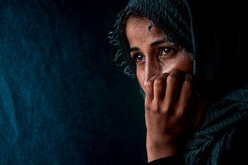 Close-up portret van islamitische vrouw in Griekenland | Reizen Fotografie art print van Milene van Arendonk