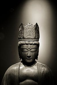 Hoofd van een stenen Buddha beeld in sepia van