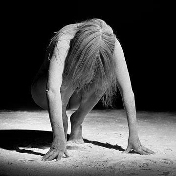 Schöne nackte Frau unter dem Stoff. Foto in Schwarz-Weiß #0874 von william langeveld