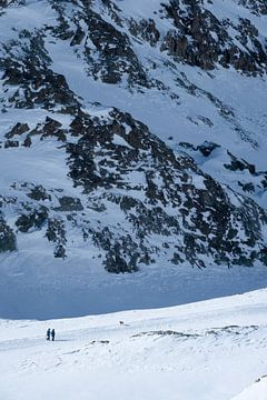 Wanderer in einer winterlichen Berglandschaft von Ralph Rozema