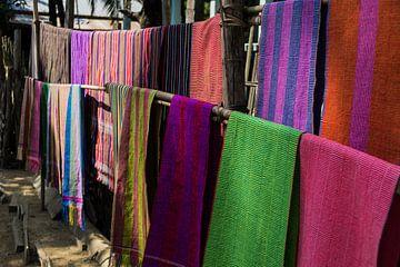 Gekleurde kleden, Chin dorpje, Mrauk U, Myanmar van Annemarie Arensen