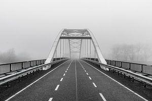 verlassene Brücke im Nebel, schwarz-weiß