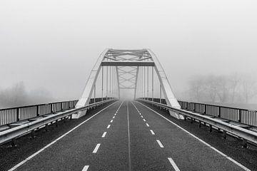 pont abandonné dans le brouillard, noir et blanc