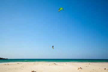 Kite surfen in Tarifa, Spanje van Gerard van de Werken