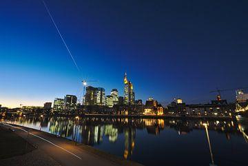 Frankfurt Skyline mit Komet bei Dämmerung Blaue Stunde von Thomas Wagner