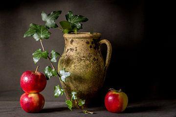 Stilleven van verweerde kruik met appels en klimop van Piertje Kruithof
