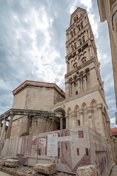 Klokkentore Saint Domnius in Split, Kroatie van Joost Adriaanse