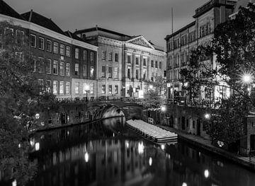 Oudegracht Utrecht in de avond in zwart-wit van Marjolein van Middelkoop