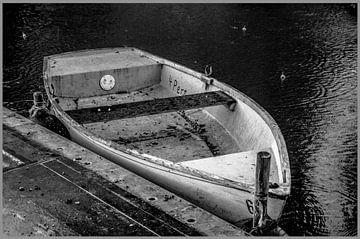 une vieille barque sous la pluie sur Norbert Sülzner
