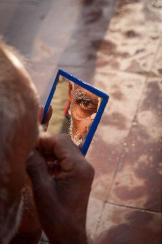 Hindostaanse man brengt derde oog op na bad in de Ganges bij Haridwar  India van Wout Kok