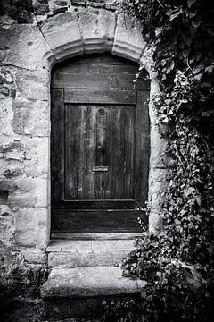 Alte Tür in Frankreich in schwarz-weiß | Reisefotografie von Diana van Neck Photography