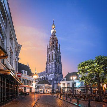 Zonsopkomst Havermarkt en Onze-Lieve-Vrouwekerk  Breda von Joris Bax