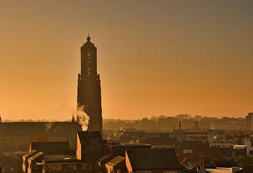 L'aube et une atmosphère brumeuse avec l'église Martinus à Weert sur J..M de Jong-Jansen