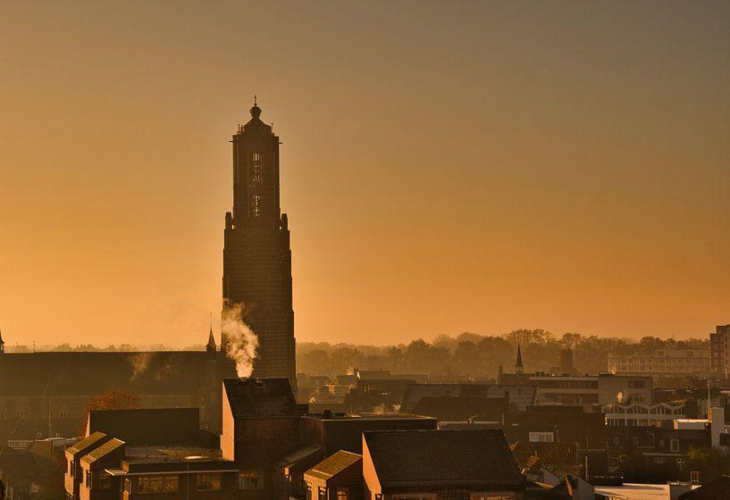 De morgenstond en een mistige sfeer met de Martinus kerk in Weert van J..M de Jong-Jansen