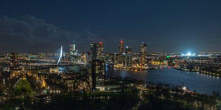Die Skyline von Rotterdam mit einem beleuchteten De Kuip von MS Fotografie