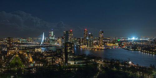 De skyline van Rotterdam met een verlichte De Kuip van MS Fotografie