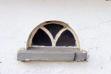 Altes Fenster in weißer Wand