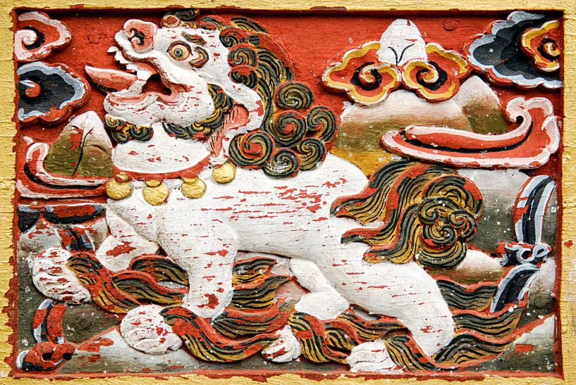Relief van een leeuw in Bhutan van Theo Molenaar