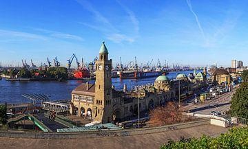 Hamburg Skyline - Landungsbrücken und Hafen von Frank Herrmann