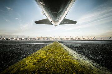 Unter dem Leitwerk eines Airbus A320 von Denis Feiner
