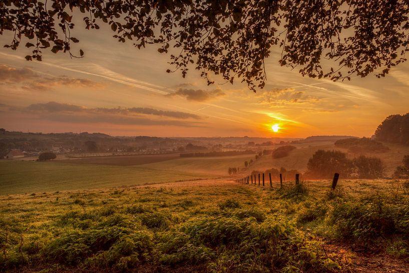 Zonsopkomst bij Oud-Valkenburg in Zuid-Limburg van John Kreukniet